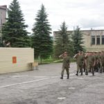 Солдаты отдают честь