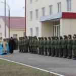Фото строя солдат перед батюшкой